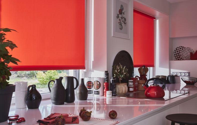 De nieuwe gordijnen voor een moderne keuken zijn de jaloezieën
