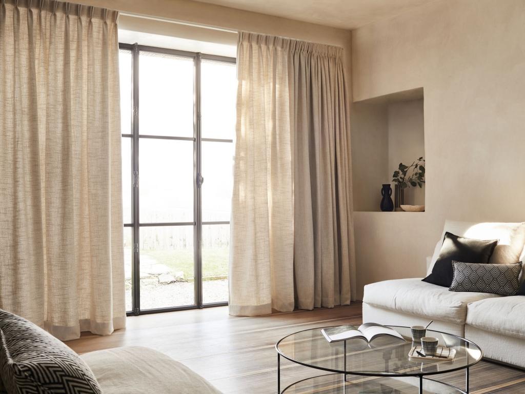 Kies voor glasgordijnen om uw woonkamer extra gezellig te maken